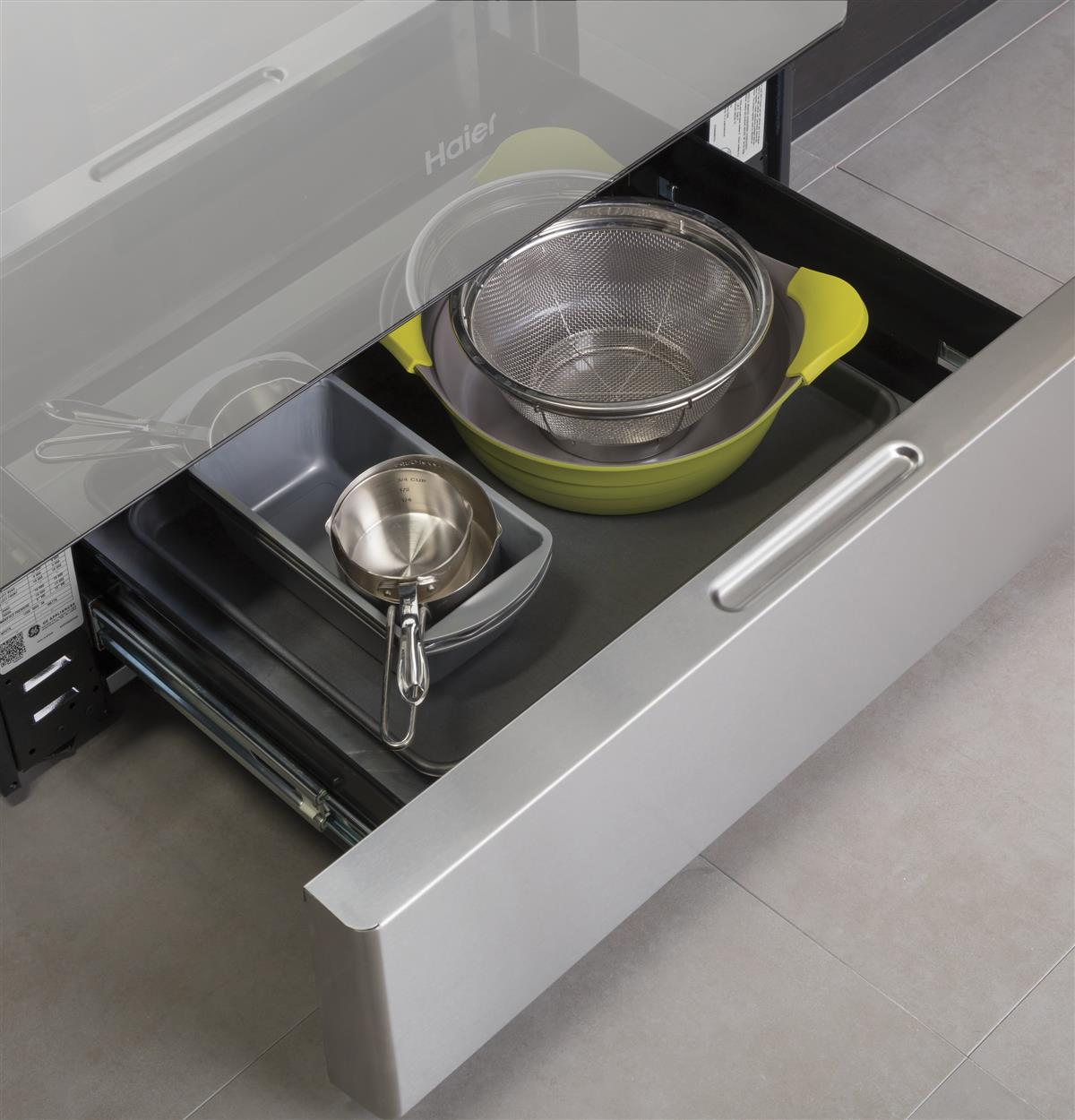 On your balcony or in your kitchen, additional space is always welcome. Full-width storage drawer is perfect for keeping cookware or kitchen accessories handy.